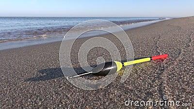 De visserij van cork vlotter op de zomer van het overzeese het zand toevluchtstrand stock video