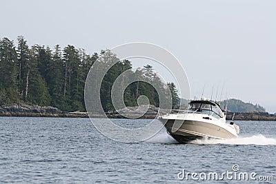 De vissersboot van de zalm het kruisen