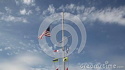 De Vlag van de V.S. op Zeevaartvlaggestok met Versnelde Wolken stock footage