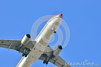 De vlieg van het vliegtuig op blauwe hemel