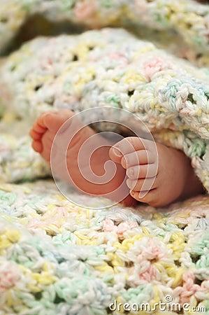 De voeten van de baby