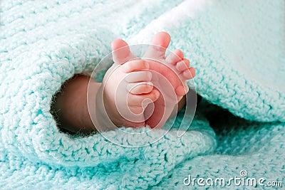 De voeten van de baby in deken
