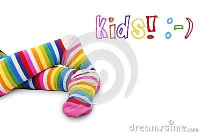 De voeten van het kleurrijke jonge geitje