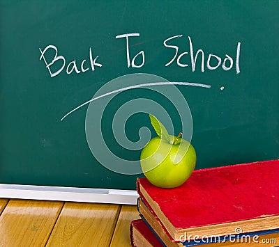 De volta à escola escrita no quadro.