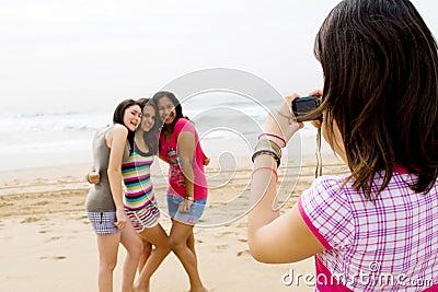 De vrienden die van de tiener foto s nemen