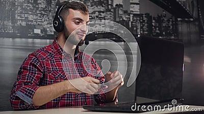 De vriendschappelijke Dag van het Call centreexploitant Gebeëindigde Werk stock videobeelden