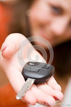 De vrouw die van de verkoop autosleutels aanbiedt