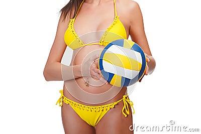 De vrouw in geel zwempak houdt een bal