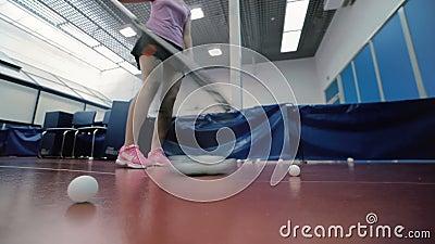 De vrouw maakt de vloer van de tennisballen bij het hof schoon stock videobeelden