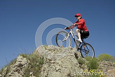 De vrouw op bergfiets