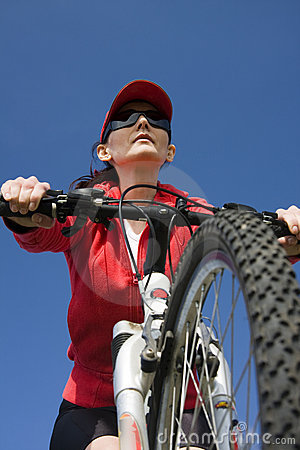 De vrouw op een fiets