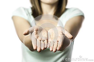 De vrouw rekt uit haar lege handen uit