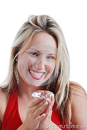 De vrouw van de blonde die over een grote diamant wordt opgewekt
