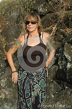 De vrouw van de tatoegering in sarongen