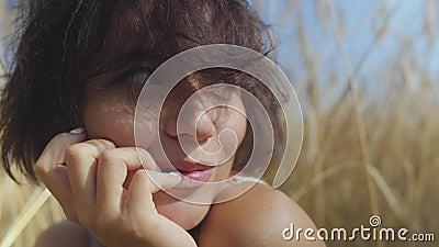 De vrouw van het close-upportret met kort haar op het tarwegebied Het meisje geniet van aard Zeker onbezorgd meisje in openlucht  stock videobeelden