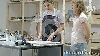 De vrouw in de workshop werkt aan houten raad, die een effect van antiquiteit creëren stock video