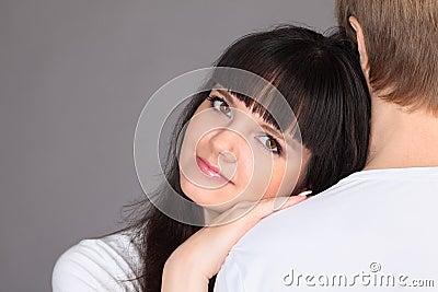De vrouw zette haar hoofd op schouder van de mens