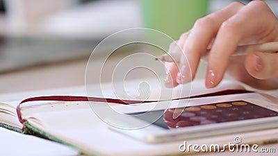 De vrouwelijke accountant berekent aantallen De boekhouder berekent op slimme telefoon stock video