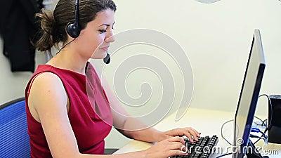 De vrouwelijke klantendienst