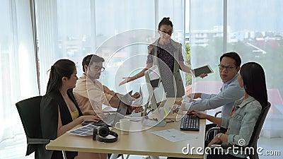 De vrouwelijke leider van het bedrijfsteam stelt een plan en brainstormingsvergadering voor het bedrijfsteam voor om te slagen stock footage