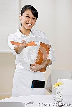 De vrouwelijke serveerster biedt menu aan