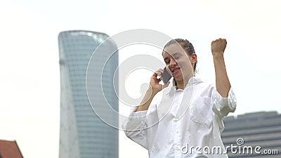 De vrouwelijke student is gelukkig omdat toegelaten die voor werkgelegenheid, op goede baan wordt gehuurd stock footage