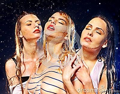 De vrouwen met water dalen.