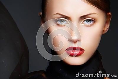 De vrouwenmodel van de aantrekkingskracht met elegante samenstelling & zijdesjaal