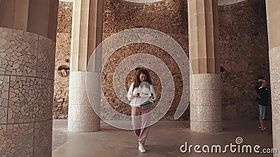 De vrouwentoerist loopt over oud oriëntatiepunt en leest document brochure stock footage