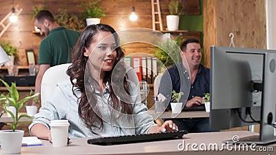De vrouwenwerken in bezig bureau stock video