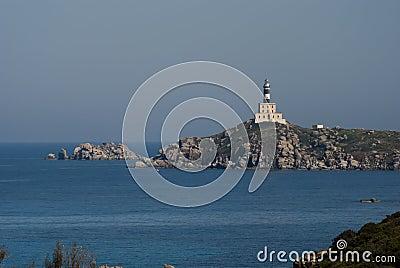 De Vuurtoren van deiCavoli van Isola in Sardinige
