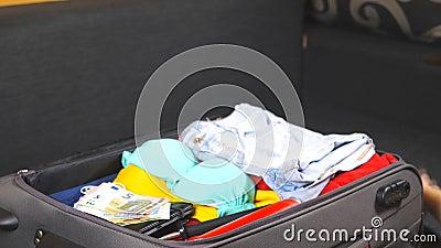 De wapens van jonge vrouw openen een koffer en pakken persoonlijk materiaal uit Aankomst van de toevlucht De vrouwelijke handen m stock videobeelden