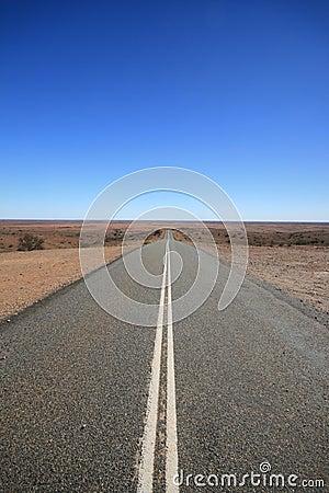De Weg Australië van het binnenland, dat in de Woestijn verdwijnt