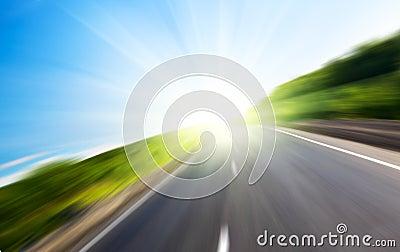 De weg en de zon van het onduidelijke beeld