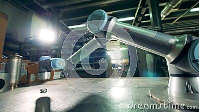 De werken van het installatieapparaat met klein toestel in een faciliteit stock video