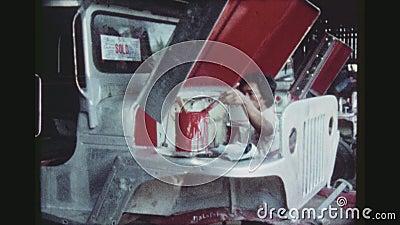 De werknemer schildert een Jeepney stock footage