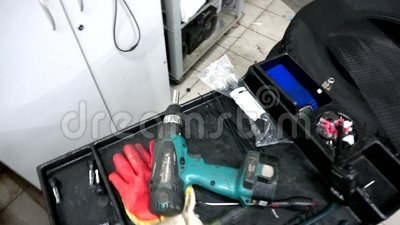 De werkplaats van de werktuigkundige in de automobiele reparatiedienst stock footage