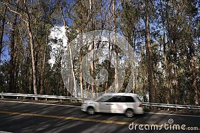 De witte auto in beweging.