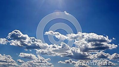 De wolken van de tijdtijdspanne boven de zon stock video