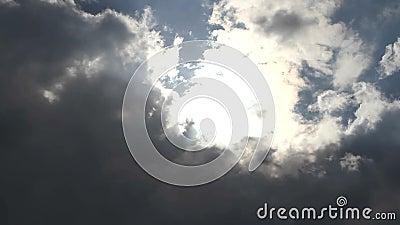 De wolken verduisterden de zon vóór het onweer stock video