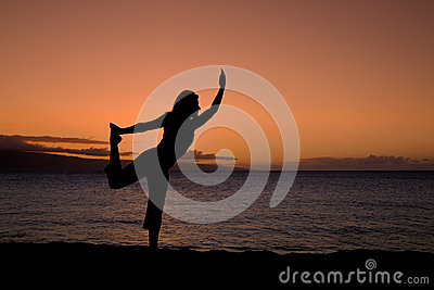 De yoga stelt in de Zonsondergang