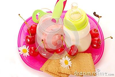 De yoghurt van de kers en fles melk voor baby