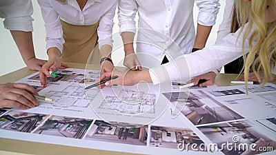 De zaken, de mensen, de architectuur en het team werkt concept - sluit omhoog van de handen van het architectenteam richtend ving stock videobeelden