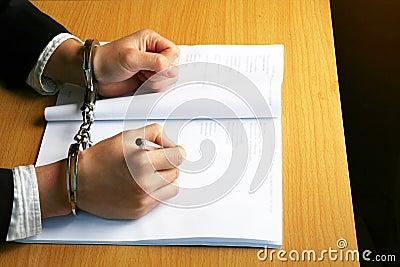 De zakenman dient Handcuffs in