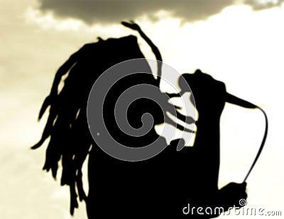 De zangersilhouet van Dreadlock bij zonsondergang