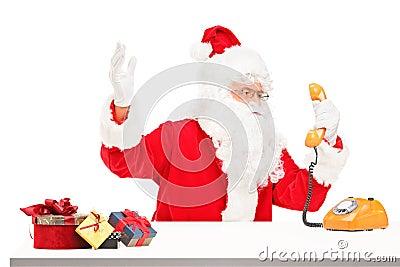 De zenuwachtige Kerstman die op een telefoon gilt