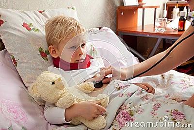 De zieke jongen ligt in bed stock fotografie afbeelding 27890872 - Bed voor kleine jongen ...