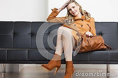 De zitting van de vrouw op bank