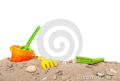 De zomerstrand met speelgoed
