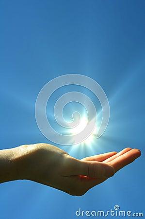 De zon van de hand en blauwe hemel
